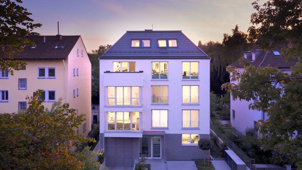 Stuttgart-Nord | Ansicht Mehrfamilienhaus zur blauen Stunde
